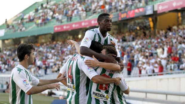 Los jugadores del Córdoba celebran un gol ante el Nástic