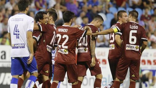 Pedro Ríos recibe felicitaciones por su gol