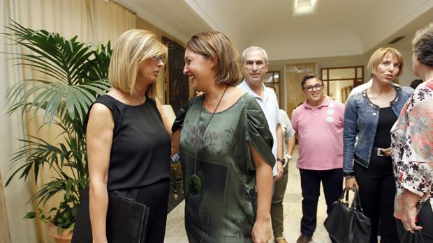 La alcaldesa habla con la presidenta del Consejo Social, María Isabel Baena