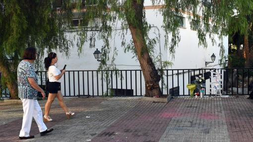 Unas personas caminan cerca de la barandilla por la que cayó el niño de dos años