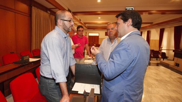 El concejal del PSOE David Luque habla con