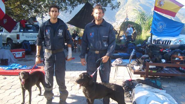 Antonio García, a la derecha, junto a su perra de rescate