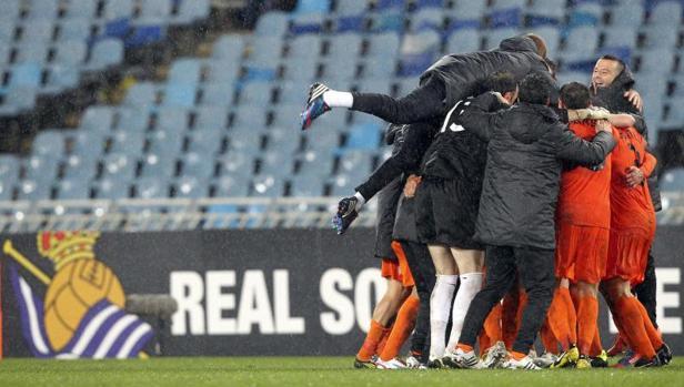 Los jugadores del Córdoba celebran la clasificación en Anoeta ante la Real en 2012