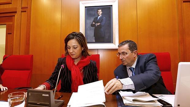 La alcaldesa y el secretario en un Pleno anterior