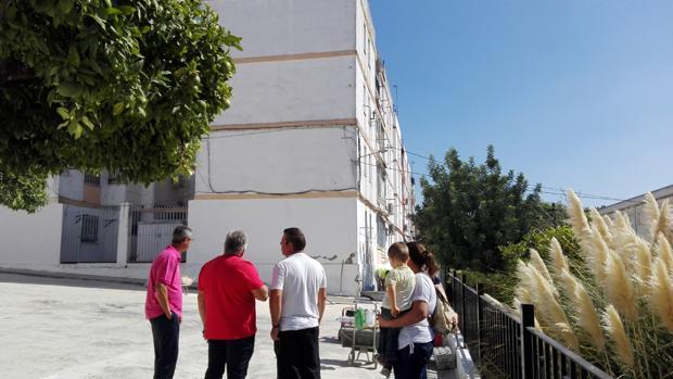 Un grupo de vecinos contempla el edificio desalojado