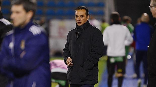 José Luis Oltra observa el partido en la banda