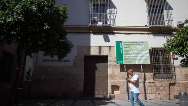 Fachada principal del Palacio de Congresos de Córdoba cerrada a cal y canto