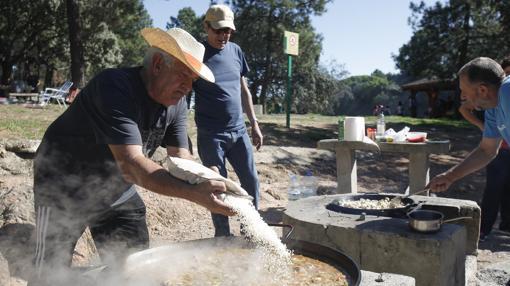 Preparando el perol de arroz en el parque de Los Villares
