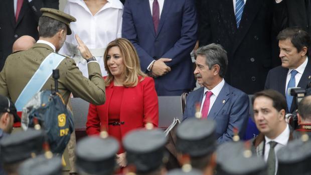 El Rey Don Felipe saluda a la presidenta andaluza Susana Díaz durante el desfile de la Fiesta Nacional