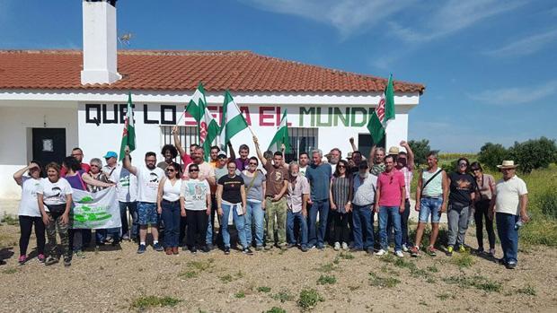 Miembros del SAT, con Diego Cañamero y Mari García Bueno al frente, durante la ocupación de Somonte