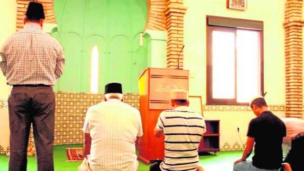 Fieles ahmadíes oran en la mezquita Basharat de Pedro Abad