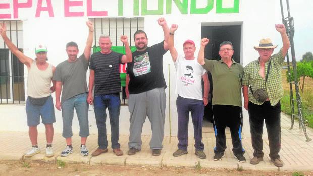 Diego Cañamero, tercero por la izquierda, y otros sindicalistas en la finca ocupada