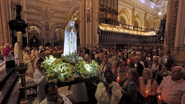 Rezo del rosario por el interior de la Catedral con la Virgen de Fátima