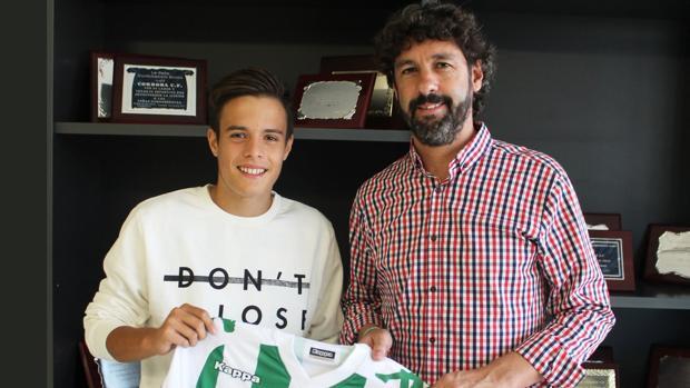 El juvenil del Córdoba Samuel González, junto al director deportivo blanquiverde, Emilio Vega
