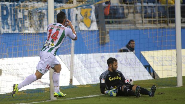Pivaccari celebra el gol que dio la clasificación al Córdoba en Cádiz ante Jesús Fernández
