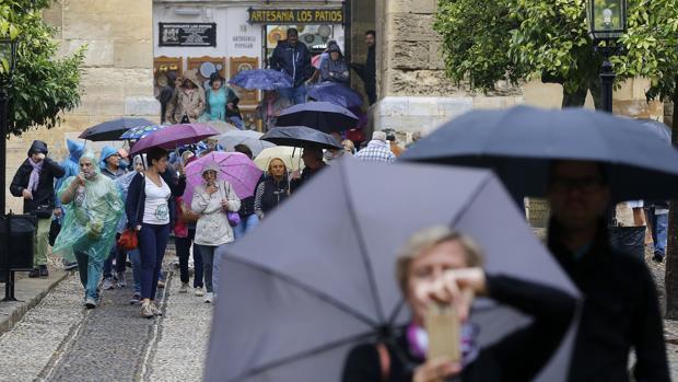 Turistas ayer en el centro de Córdoba