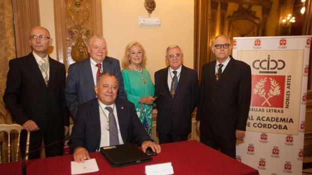 Enrique Aguilar, junto a José Cosano y otros académicos