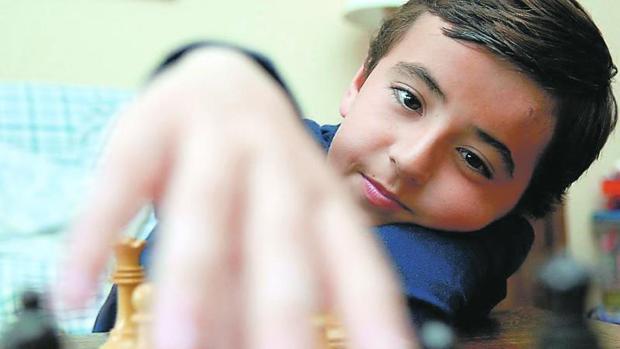 Un niño con altas capacidades juega al ajedrez
