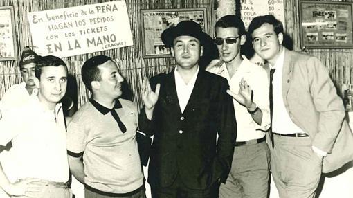 José Miguel Azpiroz, primer director de Cope en Málaga, junto a algunos periodistas de la cadena. Entre ellos –primero derecha– Antonio Guadamuro, superviviente de aquella fundación y aún en activo