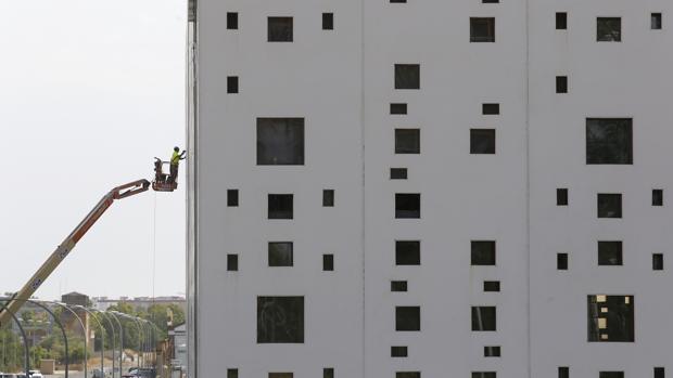 Un operario trabaja en la fachada del futuro Centro de Convenciones del Parque Joyero