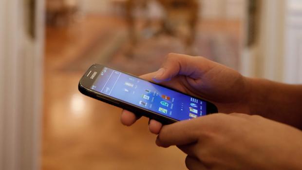 Una persona utiliza su teléfono móvil