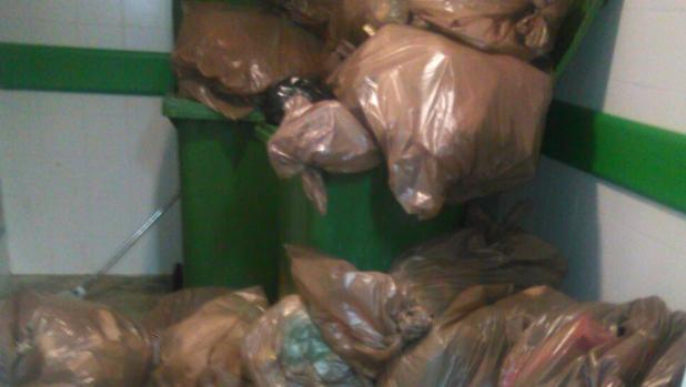 Imagen de cómo se acumulan las basuras en el Juan Ramón Jiménez