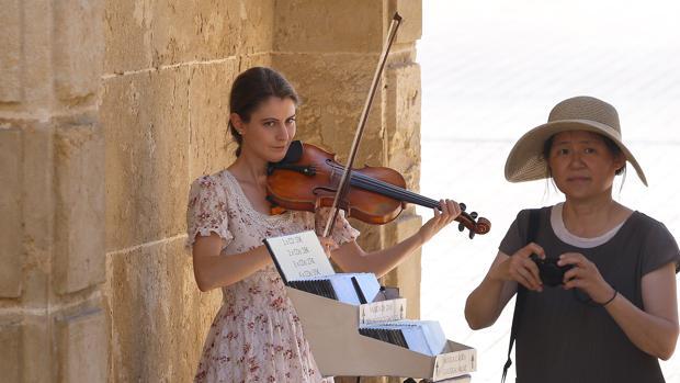 Klara Gomboc toca el violín en la Puerta del Puente