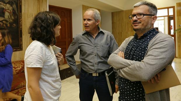 El portavoz de Ganemos, Rafael Blázquez, flanqueado por Aguilera y De los Ríos, ediles de esta misma fuerza