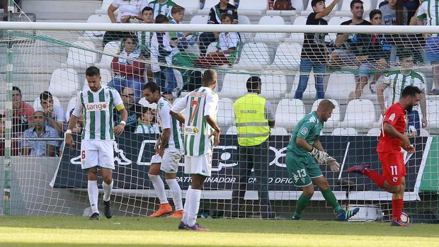 Momento del gol del Sevilla Atlético ante el Córdoba en El Arcángel