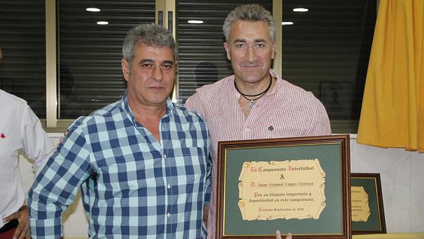 Juanma López, a la derecha, recoge un premio
