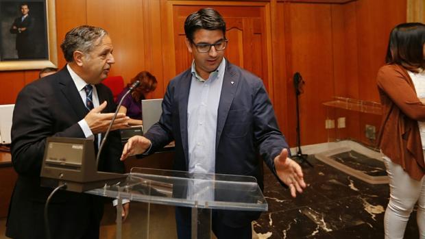 El primer teniente de alcalde, Pedro García, dialoga con el viceportavoz del PP, Salvador Fuentes