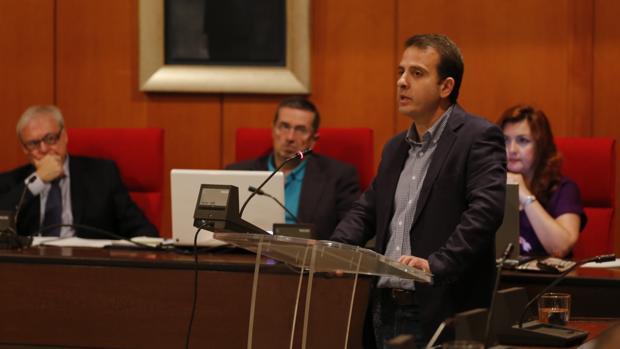 El portavoz de UCOR, Rafael Serrano, esta mañana durante su intervención