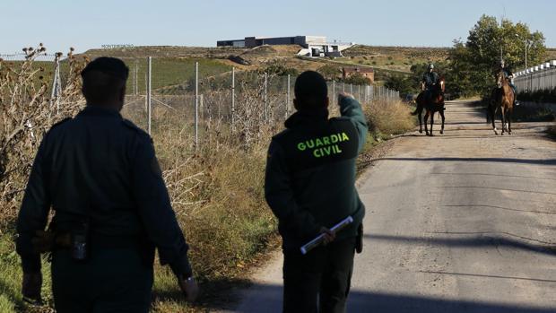 Agentes de la Guardia Civil en un operativo de vigilancia en explotaciones agrícolas