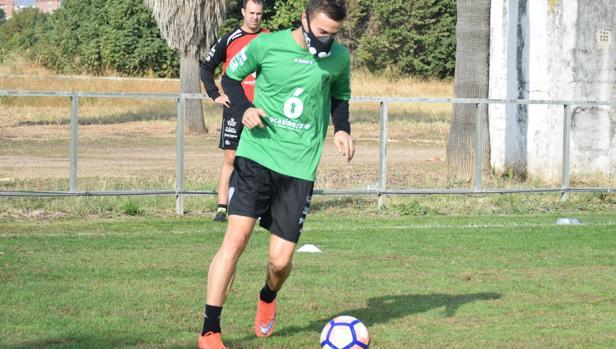 Sasa Markovic toca balón ayer con una máscara para controlar la respiración