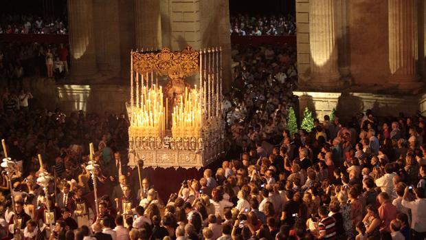 La Reina de los Mártires en la Puerta del Puente durante el Vía Crucis Magno
