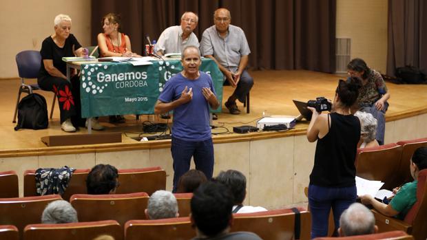 El portavoz municipal de Ganemos, el domingo durante la asamblea sobre las ordenanzas fiscales