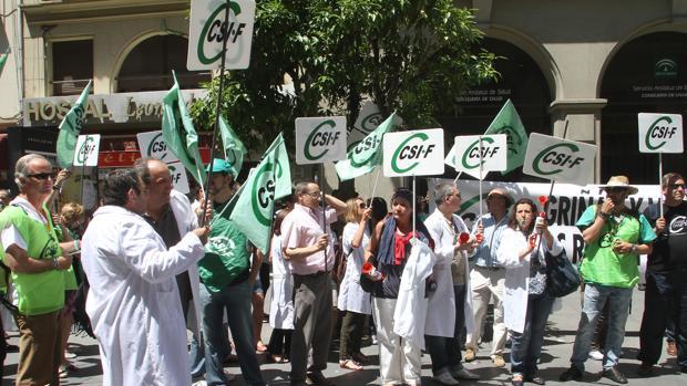 Protesta del sindicato CSIF ante la sede del Servicio Andaluz de Salud