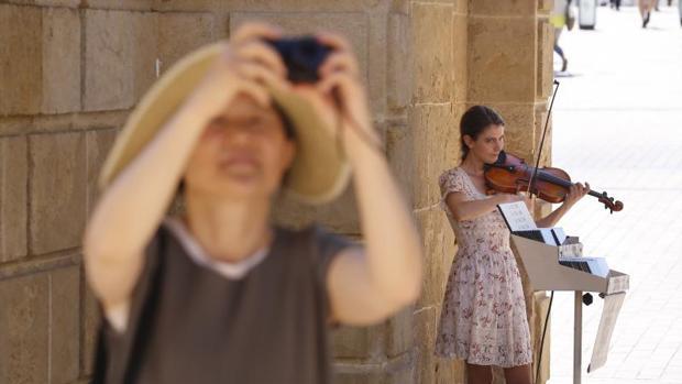 La violinista, tocando junto al Puente Romano