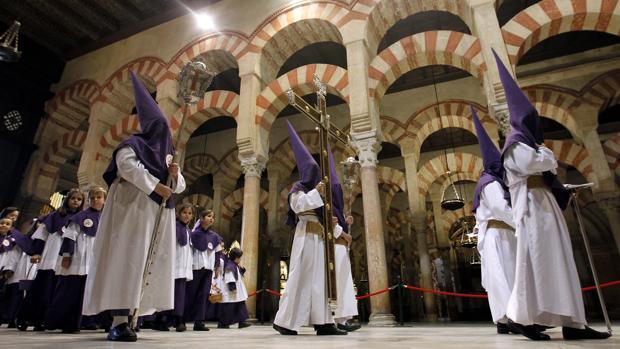 La cruz de guía de la Santa Faz accede a la Catedral
