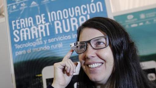 Una mujer toca unas gafas con GoogleEye
