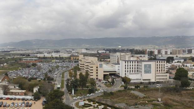 Vista panorámica del actual edificio de Consultas Externas y del aparcamiento del Reina Sofía