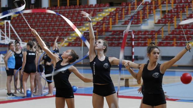Varias niñas hacen gimnasia rítmica en el Club Liceo