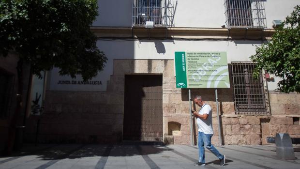 Un hombre pasa por delante del Palacio de Congresos, todavía cerrado