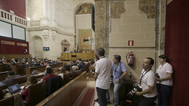 Los medios gráficos atienden en una sesión del Parlamento de Andalucía