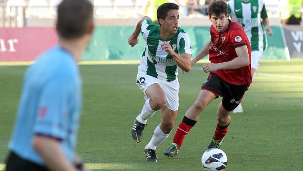 Pedro conduce el balón ante un opositor del Mirandés