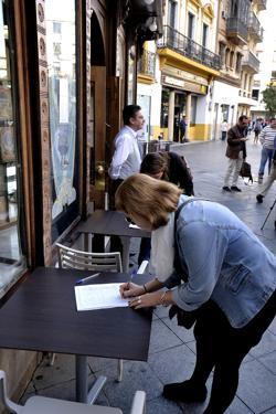 Gente firmando para salvar La Campana