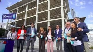 Presentación de la campaña ante el edificio del futuro centro de salud de Huerta de la Reina