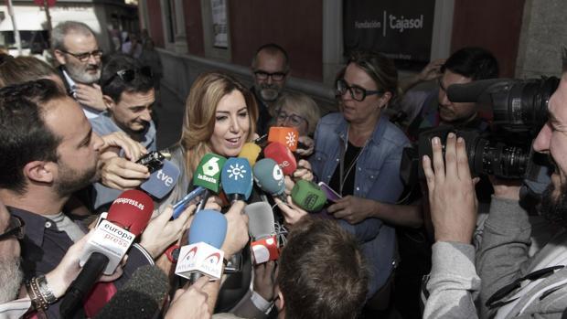 Susana Díaz rodeada de periodistas este miércoles en Sevilla
