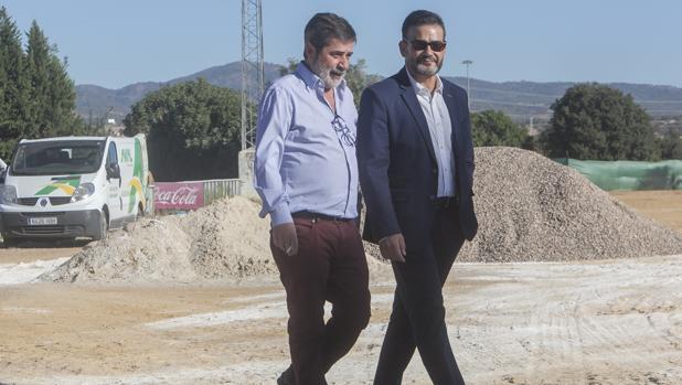 El presidente del Córdoba, Carlos González, pasea por el campo nuevo que se no se construye