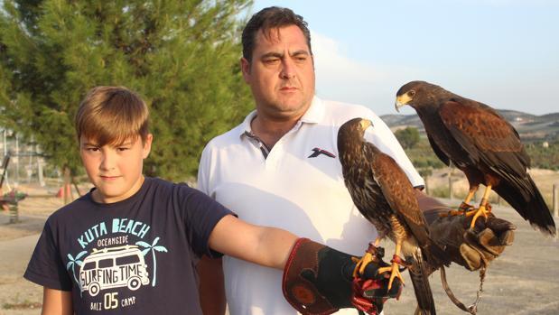 Miguel Ángel Cantero, con su hijo y dos halcones Harri